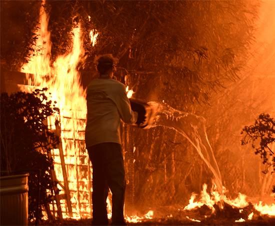 אזרח מנסה לכתוב את האש בשריפות הענק בקליפורניה / רויטרס