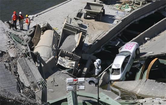 התמוטטות גשר על כביש מהיר במיניאפוליס ב-2007 / צילום: רויטרס