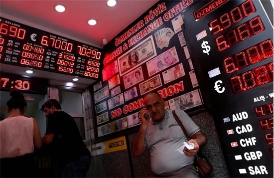 אנשים ממירים כספים באיסטנבול אתמול /  צילום: רויטרס