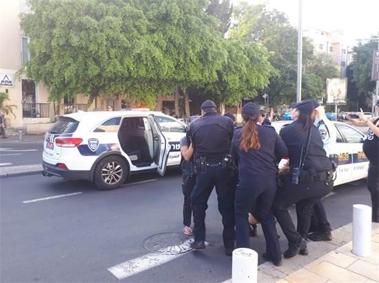 המשטרה עוצרת נשים שחסמו צמתים במחאת הנשים / צילום: ענת ביין