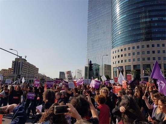 """הפגנת נשים במשרדי הממשלה בת""""א / צילום: טל אלוביץ"""