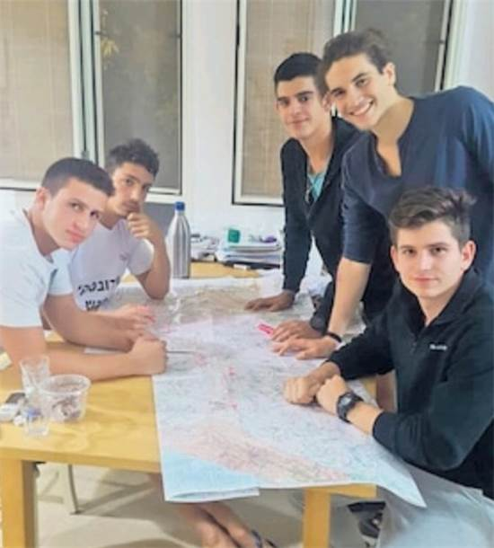 התלמידים מתכננים את המסע לירושלים / צילום: מאיה בן ששון