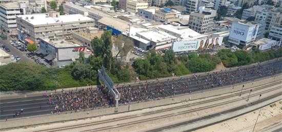 מפגינים במחאת הפונדקאות על נתיבי איילון