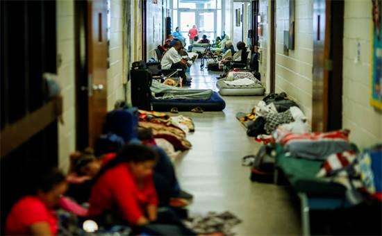 אנשים במקלט בצפון קרוליינה בציפייה להוריקן פלורנס / צילום: רויטרס