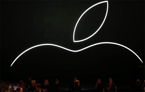 מחכים לתחילת ההשקה של אפל / צילום: רויטרס