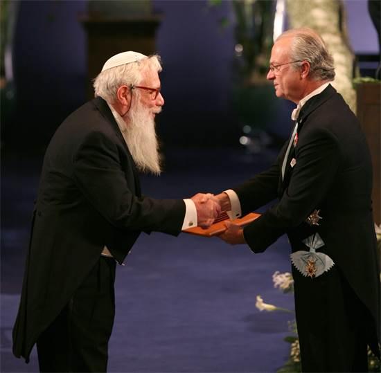 ישראל אומן מקבל את פרס הנובל מידי מלך שבדיה קרל ה-16 גוסטב / צילום: רויטרס