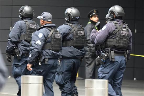 כוחות משטרה מגיעים לפנות את בניין טיים וורנר / צילום: רויטרס
