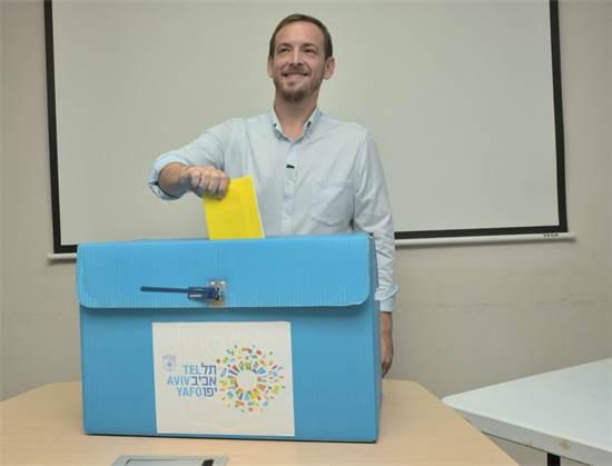 """אסף זמיר בקלפי - בחירות לראשות עיריית ת""""א / צילום: אלעד גוטמן"""