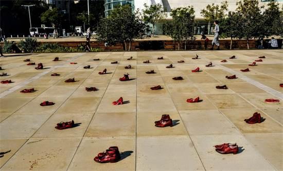 נעליים אדומות בכיכר הבימה / צילום: שלומי יוסף