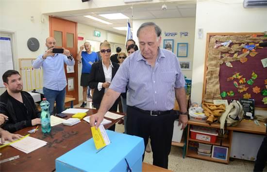 יונה יהב בקלפי - בבחירות לראשות העיר / יחצ