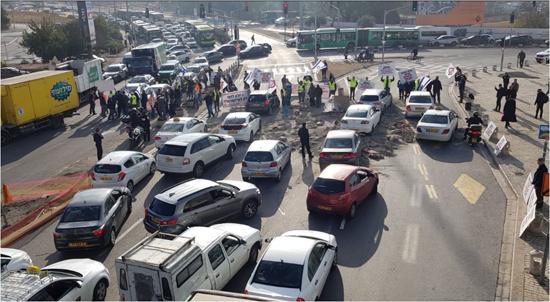 עובדי מלט הר טוב חוסמים את הכניסה לירושלים במחאה על מחירי ההיצף /עובדי מלט הר טוב