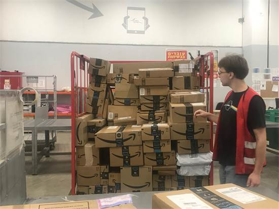 מיון חבילות אמזון בדואר ישראל / צילום: מיכל רז חיימוביץ'