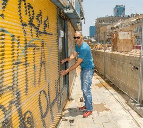 רונן גבאי, בעלי חנות למוצרי טואלטיקה גבאי ברחוב יהודה הלוי \ תמונה פרטית