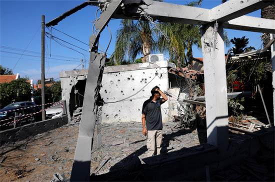 נזק שנגרם לבית באשקלון לאחר פגיעת טיל שנורה מעזה / רויטרס