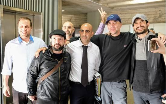 ברק כהן ופעילי באים לבנקאים בבית המשפט / צילום: שלומי יוסף