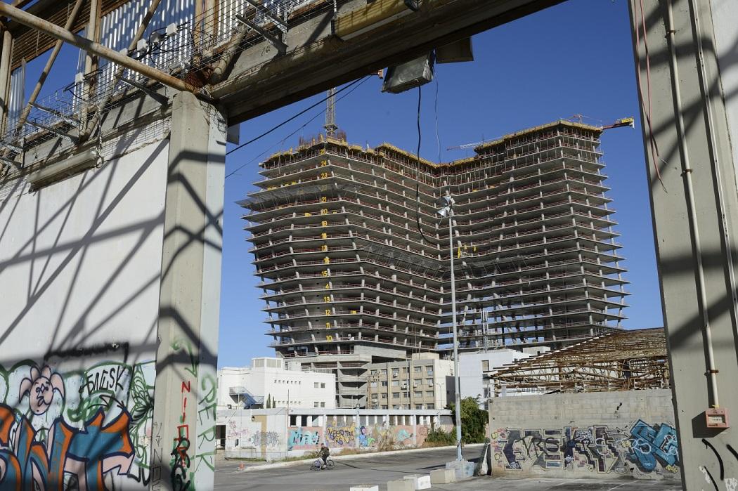 מגדל ToHa בבנייה, צולם מהחניון בדרך השלום-רחוב הסוללים \ צילום: יונתן בלום