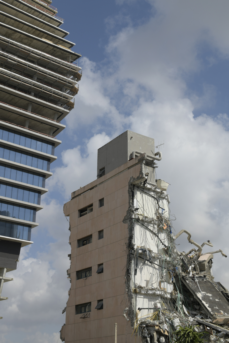 הריסות בית גזית גלוב, שנהרס כדי לפנות מקום למגדלי ToHa \ צילום: יונתן בלום