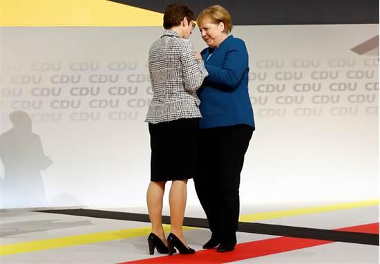 אנגלה מרקל ואנגרט קראמפ-קארנבאואר / צילום:  REUTERS/Kai Pfaffenbach