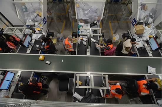 מרכז הסחר המקוון של דואר ישראל. לשלח סחורות במהירות/צילום: שמעון מלול מבעד לעדשה