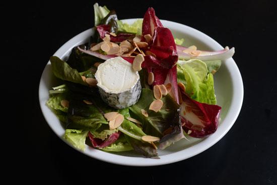 סלט ירוק רענן עם פרוסות קלויות של גבינת עיזים / צילום: איל יצהר