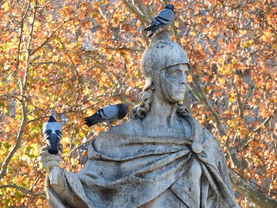 משמאל - פסל ליד בית האופרה / צילום: גלית חתן