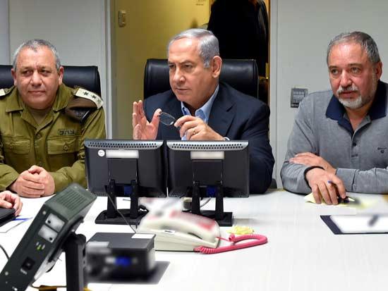 """ראש הממשלה נתניהו , שר הביטחון ליברמן והרמטכ""""ל איזנקוט / צילום: משרד הביטחון - אריאל חרמוני"""