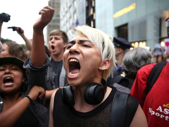 מפגינה זועמת מול מגדלי טראמפ בניו יורק / צילום: רויטרס - Amr Alfiky