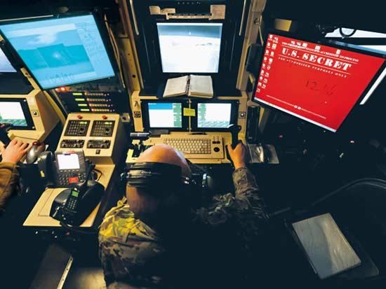 """עמדת שליטה על מל""""טים של הצבא האמריקאי באפגניסטן / צילום: רויטרס - Josh-Smith"""