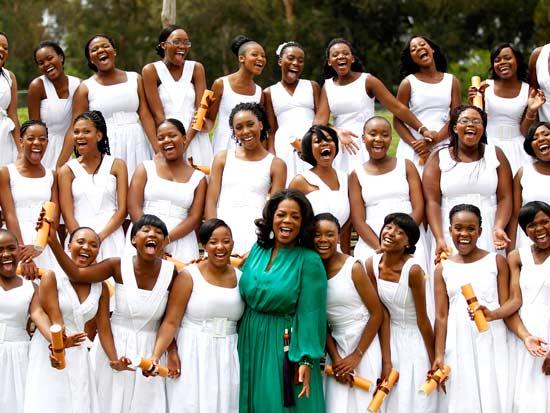 וינפרי עם בנות בית ספר  / צילום: רויטרס - Siphiwe Sibeko