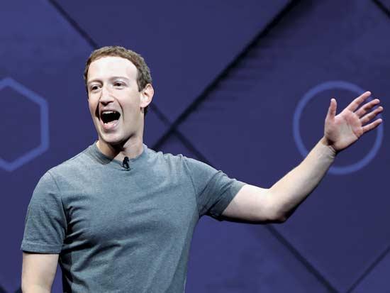 """""""האלגוריתם של פייסבוק למד מהר מאוד שאחת הדרכים הכי טובות להשיג את תשומת ליבנו היא לעצבן אותנו"""". מרק צוקרברג / צילום: רויטרס- Stephen Lam"""
