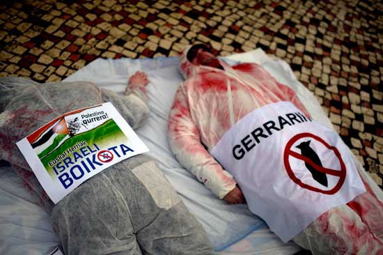 הפגנה בבילבאו ספרד הקוראת לחרם על ישראל/ צילום: רוטרס Vincent West
