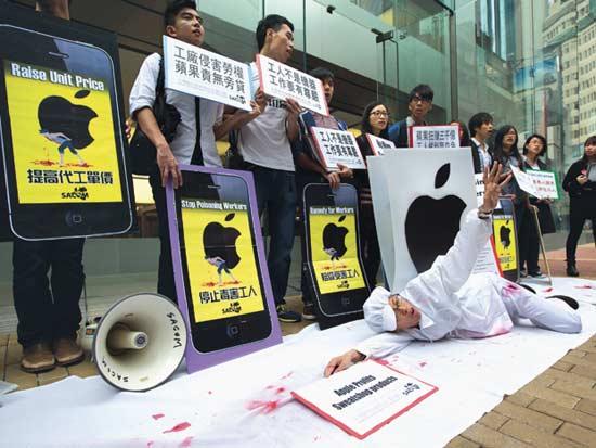 הפגנה ב-2013 מול חנות אפל בהונג-קונג / צילום: רויטרס- Tyrone Siu