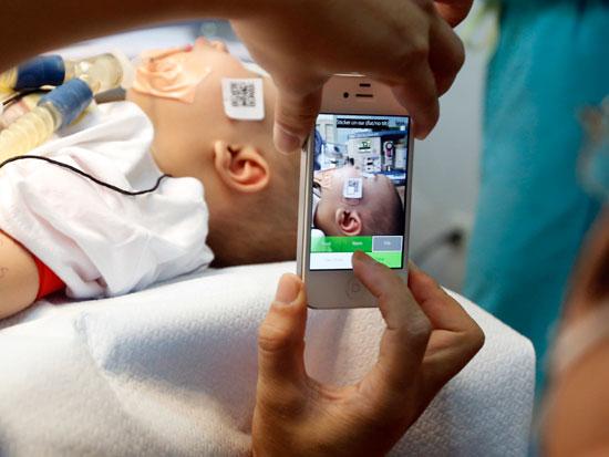 הכנות לניתוח של ילד עם עיוות בפנים/  צילום: רויטרס