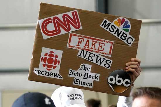 שלט נגד התקשורת בכנס של טראמפ /צילום: רויטרס Jonathan Ernst