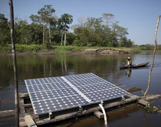 פאנל סולארי בכפר באמזונס בברזיל  / צילום: רויטרס Bruno Kelly