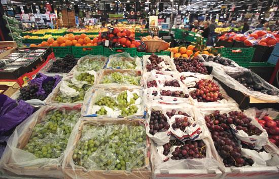 ירקות ופירות בסניף של קרפור/ צילום: רויטרס  Eric Gaillard