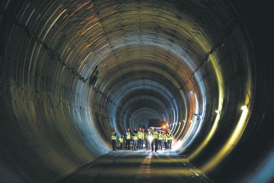 """עבודות הרכבת בקו ת""""א- ים /  צילום: רויטרס"""