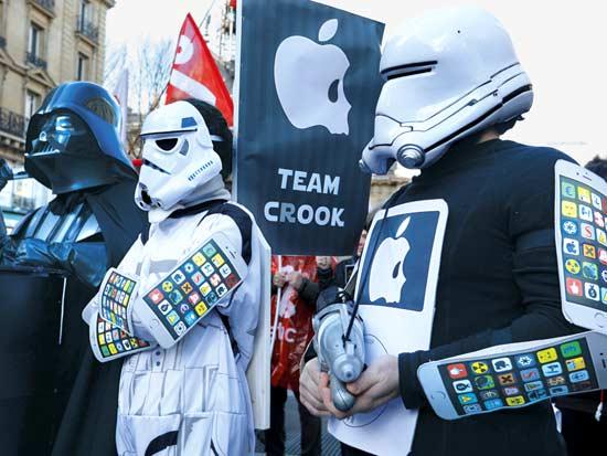 הפגנה מול חנות אפל בניו יורק / צילום: רויטרס- Charles Platiau