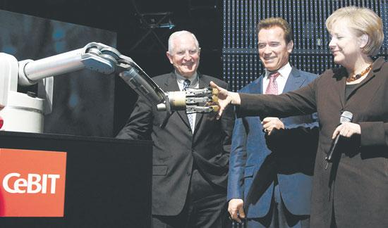 אנגלה מרקל ארנולד שוורצנגר וקרייג בארט עם הרובוט מרווין / צילום: רויטרס Fabrizio Bensch