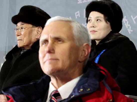 האחות קים יו ג'ונג מאחורי סגן הנשיא האמריקאי פנס / צילום: רויטרס, Yonhap via