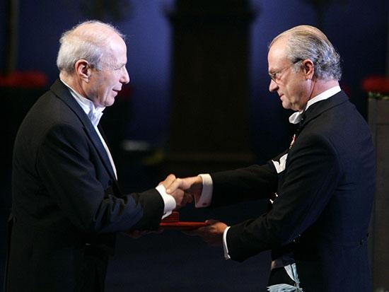אברהם הרשקו מקבל את פרס נובל ממלך שוודיה / צילום: רויטרס - Wolfgang Rattay