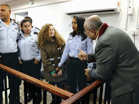 אחמד טיבי מבקר את עהד תמימי בבית המשפט  / צילום: רויטרס- Ammar Awad