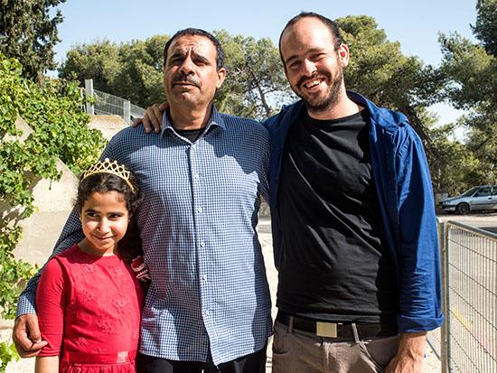 מוחמד אלנבארי ובתו, עם מתן יפה / צילום: אייל פישר