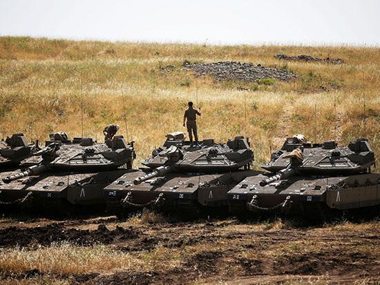 """כוחות צה""""ל בכוננות / צילום: רויטרס - Ronen Zvulun"""