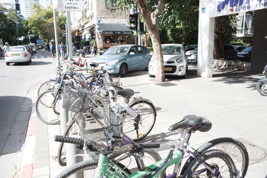 אופניים על המדרכה בתל אביב  / צילום : שלומי יוסף
