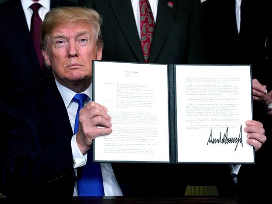 טראמפ מציג תזכיר חקיקה להטלת מכסי מגן על מוצרי הייטק מסין / צילום: רויטרס - Jonathan Ernst
