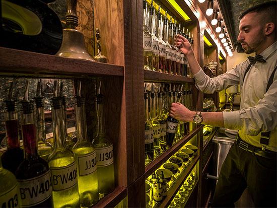 הבאטלר, בבקבוקי משקה ללא תוויות אלא רק עם מדבקות לבנות ועליהן אותיות ומספרים / צילום:  אנטולי מיכאלו