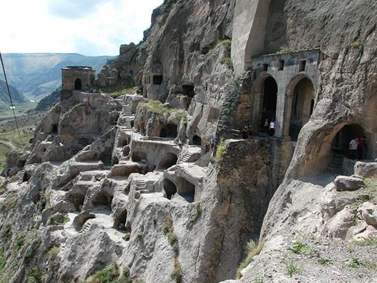 עיר המערות ורדזיה. הכוכים החצובים בסלע נראים כמו עיניים / צילום: יותם יעקבסון