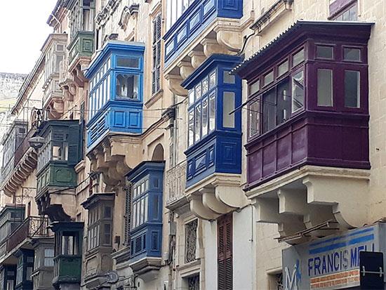 המרפסות הצבעוניות הן אחד מסימני ההיכר של העיר ואלטה / צילום: גליה גוטמן