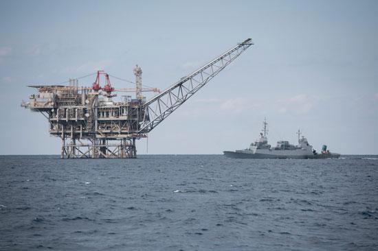 אסדת קידוח וספינת חיל הים/ צילום: דובר צהל